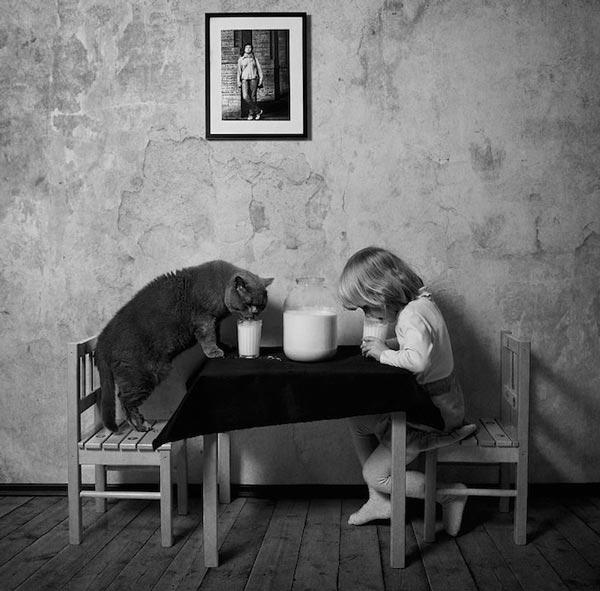 perierga.gr - Ένα μικρό κορίτσι ποζάρει με τη γάτα του!