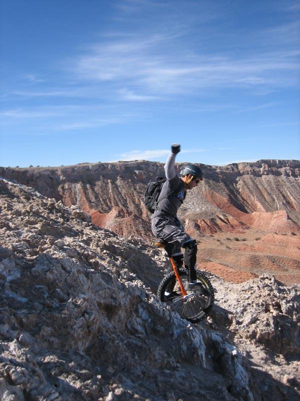 perierga.gr - Unicycling: Ποδήλατο σε έναν τροχό πάνω στα βράχια!