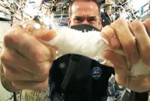 perierga.gr - Στύβοντας ένα βρεγμένο πανί στο διάστημα!