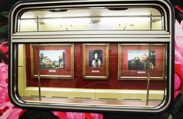 perierga.gr - Τα βαγόνια στο Μετρό της Μόσχας έγιναν πινακοθήκη!