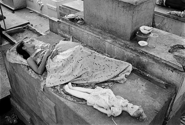 perierga.gr - Οι κάτοικοι των... νεκροταφείων της Μανίλα!