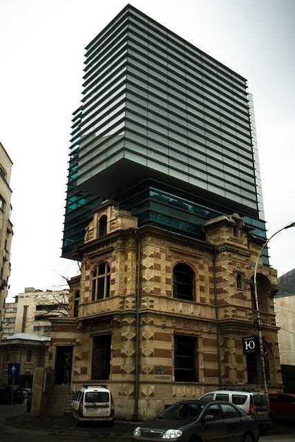 perierga.gr - Μοντέρνος ουρανοξύστης επάνω σε κτήριο του 19ου αιώνα!