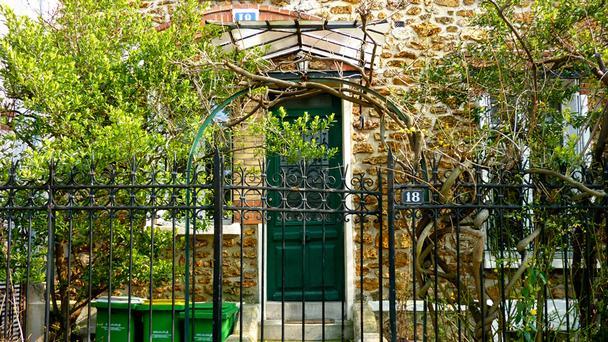 "perierga.gr - Ένα άγνωστο ""χωριό"" στην καρδιά του Παρισιού!"