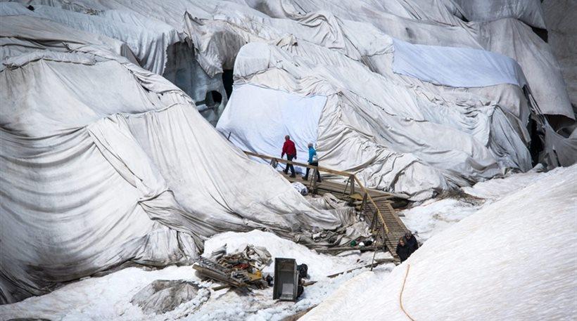 """perierga.gr - """"Φάσκιωσαν"""" τον παγετώνα για να μη λιώσει!"""