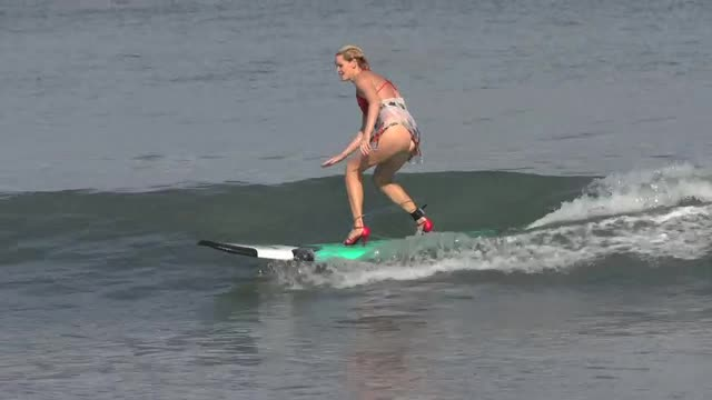 perierga.gr - Διαγωνισμός surfing πάνω σε... ψηλοτάκουνα!