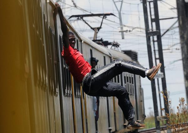 perierga.gr - Οι τολμηροί σερφερ... των τρένων στη Νότια Αφρική!