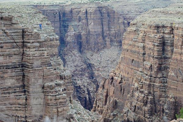 perierga.gr - Διέσχισε το Grand Canyon πάνω σε τεντωμένο σχοινί χωρίς ασφάλεια!