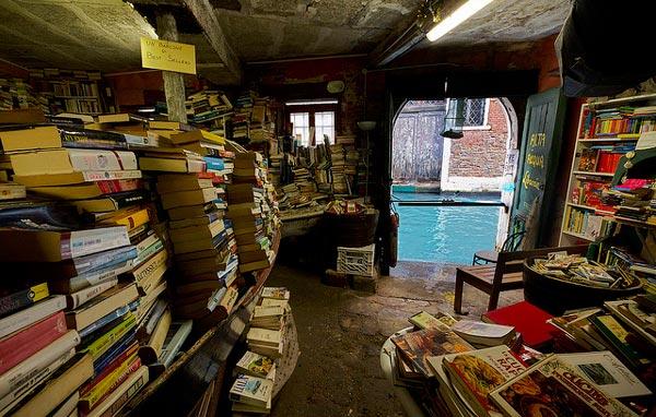 perierga.gr - Γραφικό βιβλιοπωλείο στα κανάλια της Βενετίας!