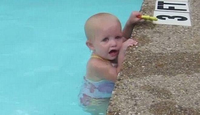 Perierga.gr - Μωρό 16 μηνών διασχίζει μόνο του πισίνα με μία ανάσα!