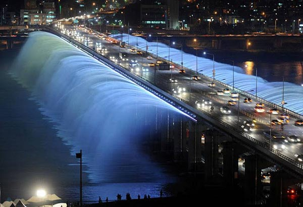 perierga.gr - Θεαματική γέφυρα-σιντριβάνι στη Νότια Κορέα!