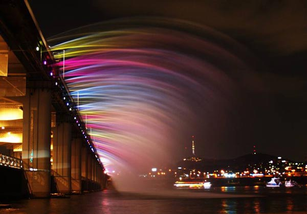 perierga.gr - Θεαματική γέφυρα-συντριβάνι στη Νότια Κορέα!