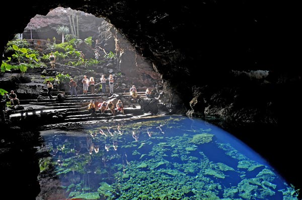 Perierga.gr - los jameos del agua: γαλάζια λίμνη μέσα