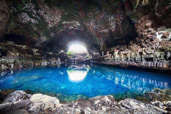 perierga.gr - Los Jameos del Agua: Γαλάζια λίμνη μέσα σε ηφαίστειο!