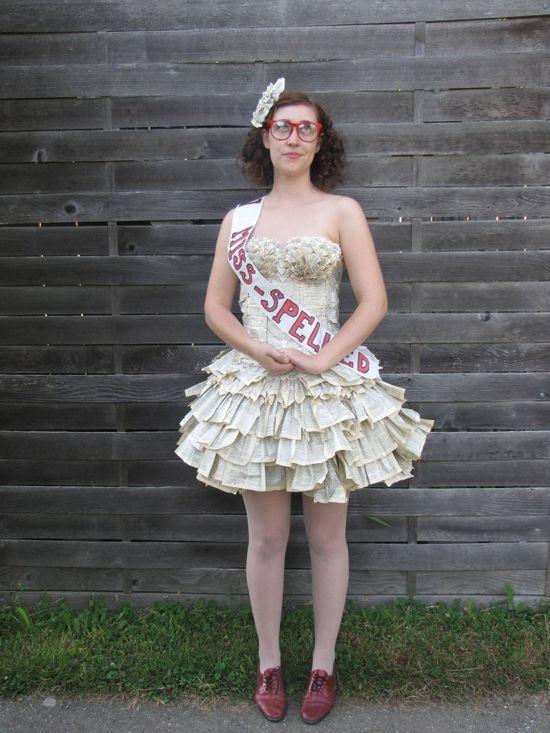 perierga.gr - Έφτιαξε το φόρεμά της από τις σελίδες του... Λεξικού!