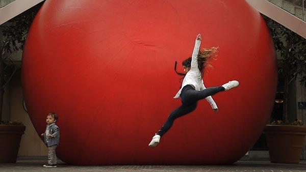 perierga.gr - Μια τεράστια κόκκινη μπάλα αλλάζει κάθε μέρα θέση στη Λωζάνη!