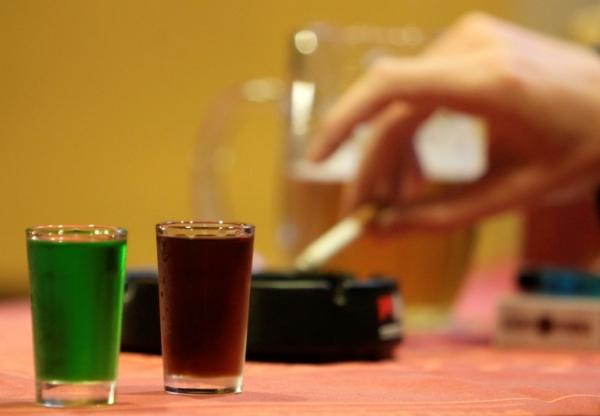 Perierga.gr - Γιατί το ποτό «σηκώνει» τσιγάρο