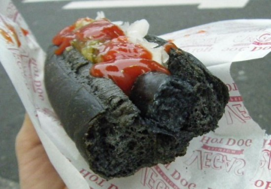 perierga.gr - Θα τρώγατε ένα hot dog... κατάμαυρο;
