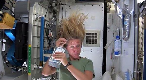 perierga.gr - Πώς να λούσετε τα μαλλιά σας στο διάστημα;