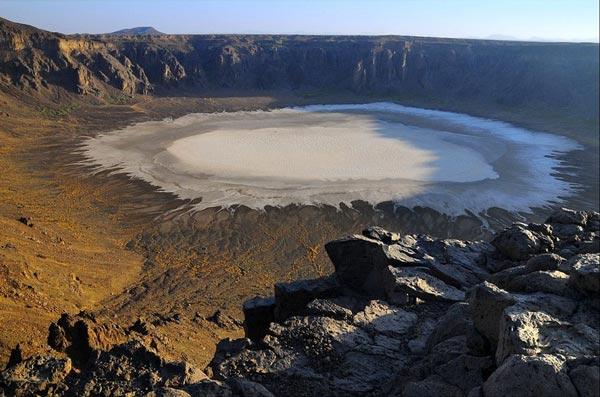 "perierga.gr - Ένας εκπληκτικός ""λευκός"" κρατήρας στην έρημο!"