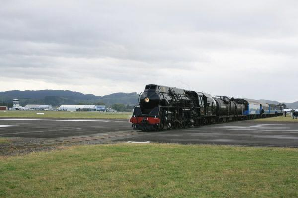perierga.gr - Τρένο διασχίζει τον διάδρομο αεροδρομίου!