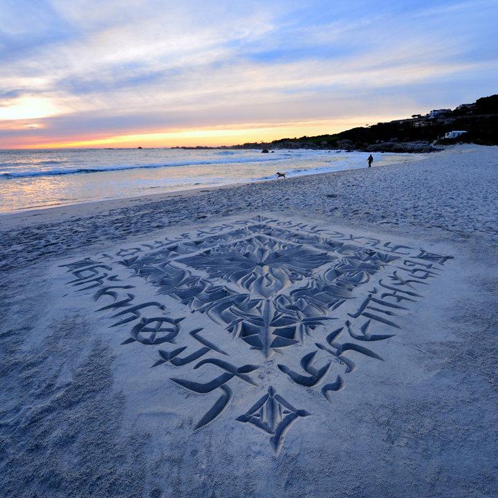 perierga.gr- Εκπληκτική καλλιγραφία στην άμμο!