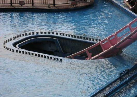 Perierga.gr - Εκπληκτικό τρενάκι λούνα παρκ... μπαίνει στο νερό!