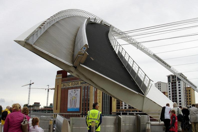 """perierga.gr - Εντυπωσιακή γέφυρα που """"ανοιγοκλείνει""""!"""