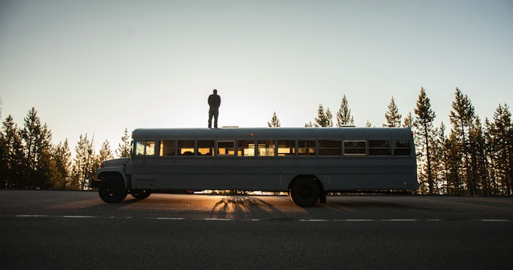 "perierga.gr - Φοιτητής ""μεταμόρφωσε"" σχολικό λεωφορείο σε σπίτι!"
