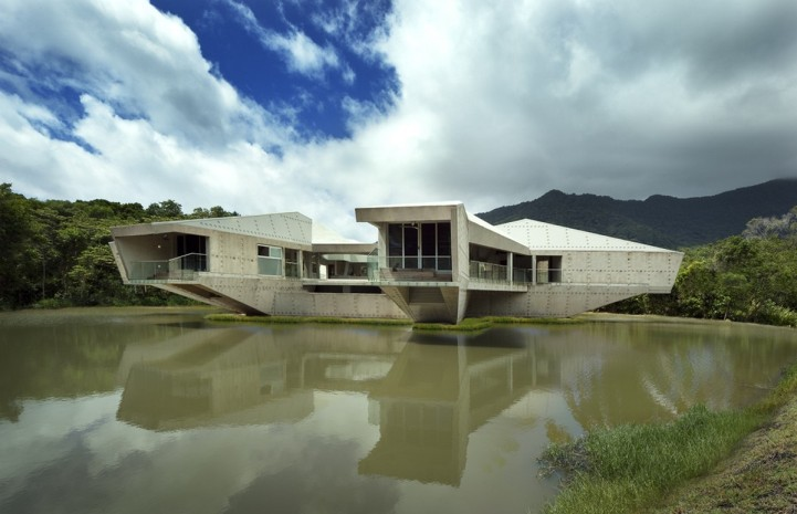 perierga.gr - Πρωτότυπη κατοικία μοιάζει να επιπλέει στο νερό!