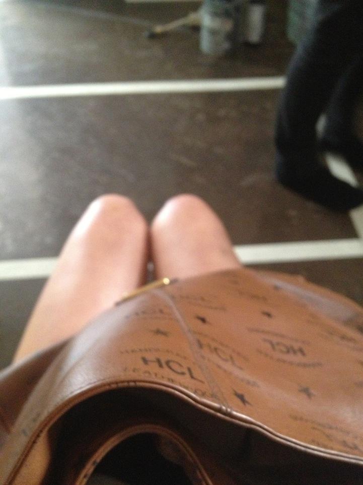 perierga.gr - Ταξιδεύει και φωτογραφίζει τα... γόνατά της!
