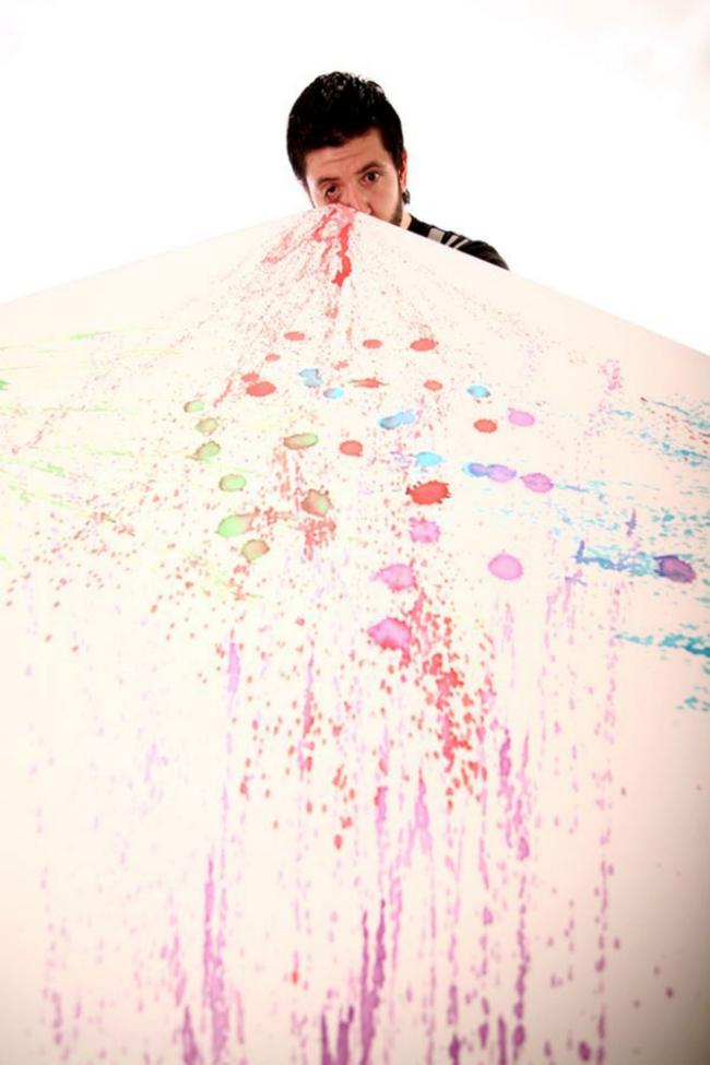 perierga.gr - Ζωγραφίζει εκτοξεύοντας χρώμα από τα μάτια!