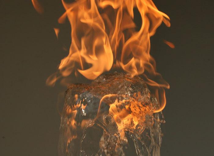 perierga.gr - Νερό και φωτιά σε μια απίθανη συνύπαρξη!