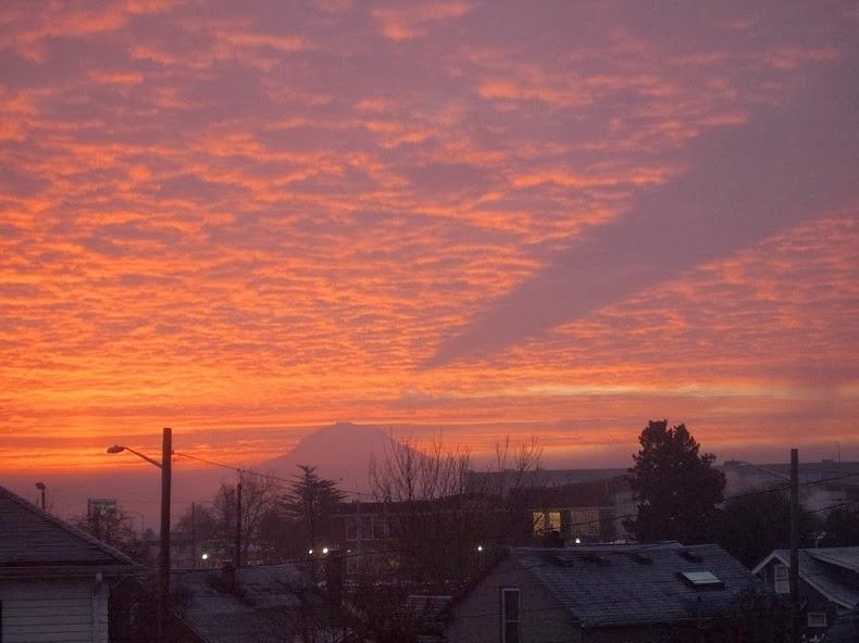 perierga.gr - Η επιβλητική σκιά του βουνού Rainier στον ουρανό!