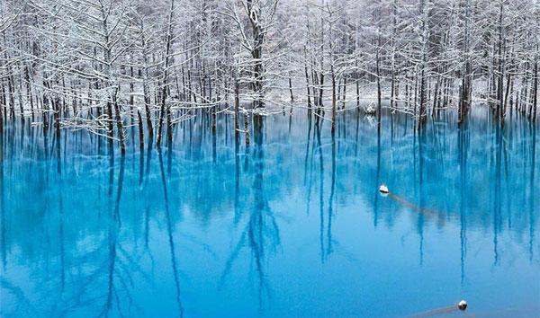 perierga.gr - «Γαλάζια λίμνη» αλλάζει χρώμα ανάλογα με το φως!