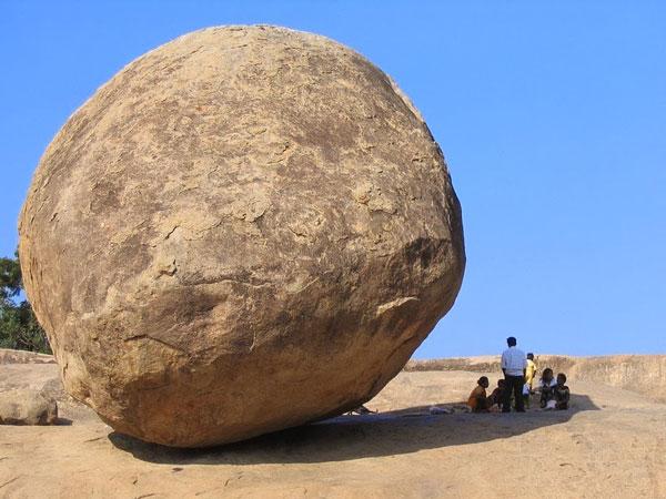perierga.gr - Παράξενος βράχος ισορροπεί στο έδαφος!