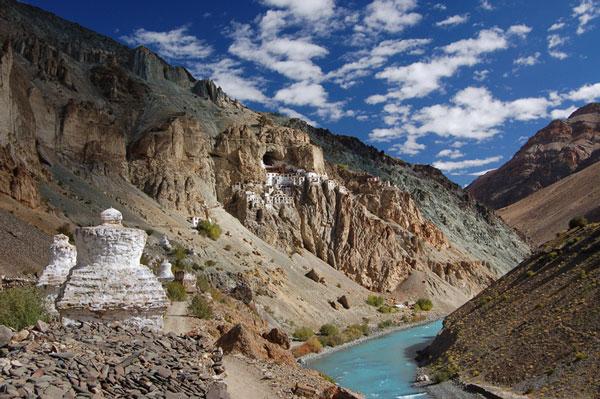 perierga.gr - Μοναστήρι «σκαρφαλωμένο» στο βράχο!