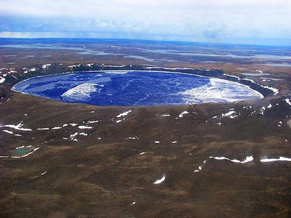 perierga.gr - Λίμνη με καταγάλανα νερά δημιουργήθηκε από πτώση μετεωρίτη!