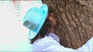 perierga.gr - Οικολόγος παντρεύεται... δέντρο για να αφυπνίσει τον κόσμο!