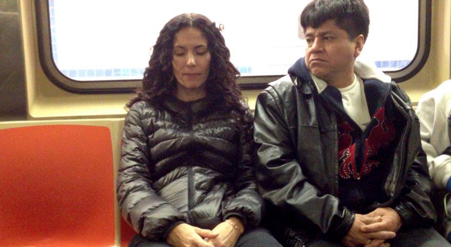 perierga.gr - Επιβάτες τρένου κοιμούνται... στον ώμο αγνώστων!