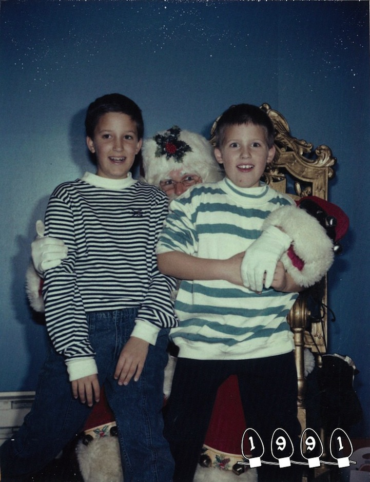 perierga.gr - Αδέλφια φωτογραφίζονται με τον Αϊ-Βασίλη εδώ και 34 χρόνια!
