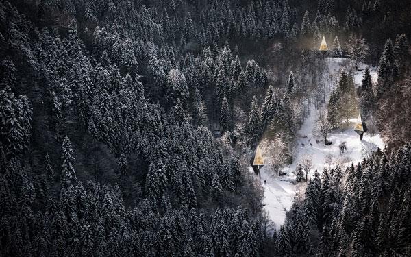 perierga.gr - Γυάλινα δεντρόσπιτα στο δάσος!