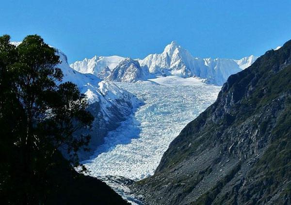 perierga.gr - Εντυπωσιακός παγετώνας ανάμεσα σε βουνά!