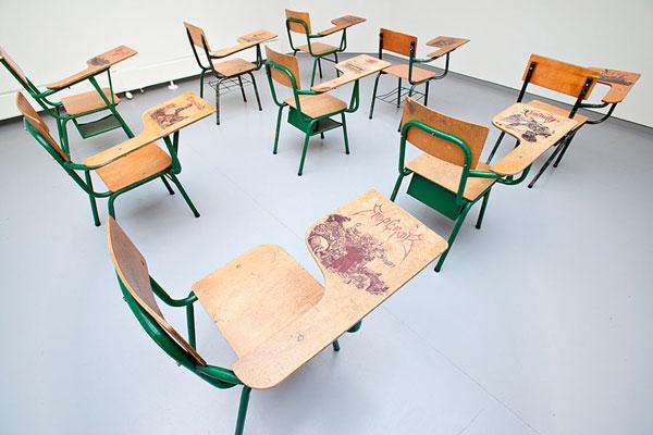 perierga.gr - Η ζωγραφική πάνω στα σχολικά θρανία περνάει σε άλλο επίπεδο!