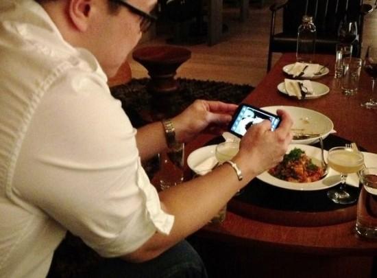 perierga.gr - Εστιατόριο προσφέρει έκπτωση 50% σε όσους κλείσουν τα κινητά τους!