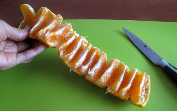 perierga.gr - Πώς θα φάτε ένα μανταρίνι χωρίς να το ξεφλουδίσετε καν;
