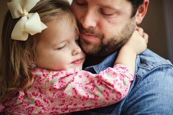 perierga.gr - Φωτογραφικός φόρος τιμής μπαμπά & κόρης στη νεκρή μητέρα!