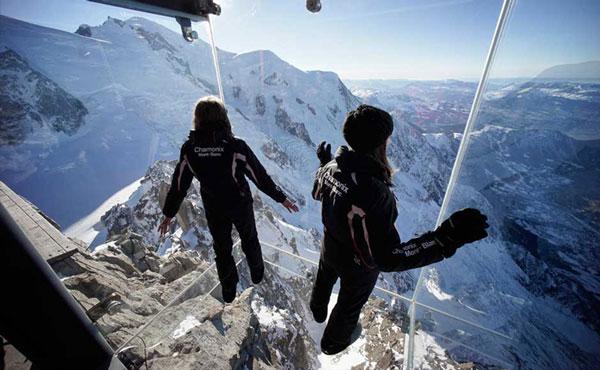 perierga.gr - Καμπίνα από γυαλί προσφέρει θέα στις Άλπεις από τα 3.842 μ.!