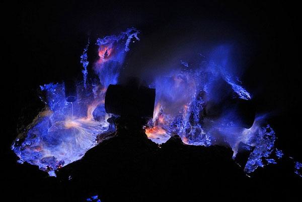 perierga.gr - Ηφαίστειο στην Ινδονησία βγάζει... μπλε λάβα!