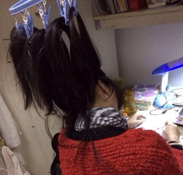 perierga.gr - Φοιτήτριες δένουν τα μαλλιά τους στο ταβάνι για να μην κοιμηθούν!