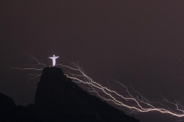 Perierga.gr - Κεραυνοί χτυπούν το άγαλμα του Χριστού στο Ρίο